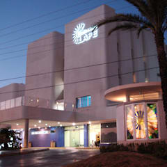Acceso y edificio de ampliación del Centro Medico La Fe: Clínicas de estilo  por RFC Arquitecto