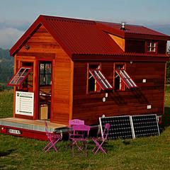 TINY HOUSE CONCEPT - : Maisons de style  par TINY HOUSE CONCEPT - BERARD FREDERIC
