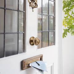 Puerta de entrada Josette azul verdoso: Ventanas de estilo  de Laura Ashley Decoración