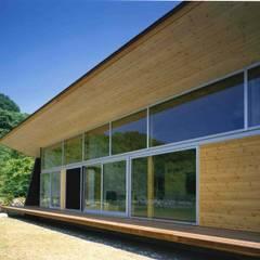 大きく張り出した庇と縁側: 神成建築計画事務所が手掛けた窓です。