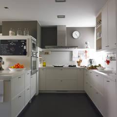 Práctica zona de cocción: Cocinas de estilo  de DEULONDER arquitectura domestica