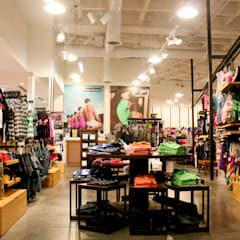 PROYECTO MOBILIARIO COMERCIAL. ALMATEX: Centros comerciales de estilo  por La Carpinteria - Mobiliario Comercial, Rústico