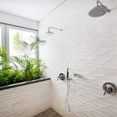 Baño principal: Baños de estilo  por Carughi Studio
