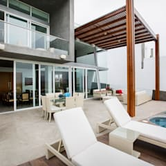 Casa Asia Golf II: Terrazas de estilo  por Carughi Studio