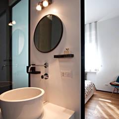 Bagno: Bagno in stile in stile Industriale di Anomia Studio