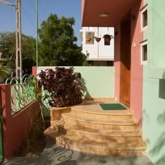 Bungalow in Bhuj:  Terrace by Design Kkarma (India)