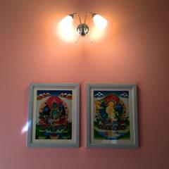 Bungalow in Bhuj:  Corridor & hallway by Design Kkarma (India),