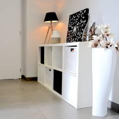 BÉTON: Couloir et hall d'entrée de style  par SAMANTHA DECORATION,