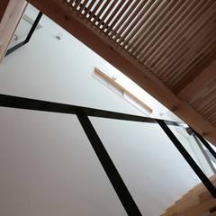 コの字型中庭と家族のつながり_二世帯住宅_千葉: 房総イズムが手掛けた壁です。,