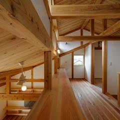 راهرو سبک آسیایی، راهرو و پله ها توسط 高野三上アーキテクツ一級建築設計事務所 TM Architects آسیایی