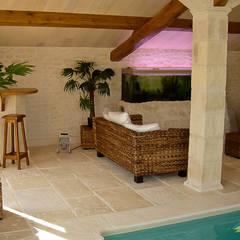 Pierre et piscine : Piscines  de style  par Habitat et Tradtions