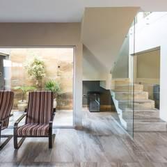 CASA MJ: Jardines de invierno de estilo moderno por KARLEN + CLEMENTE ARQUITECTOS
