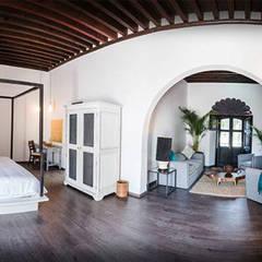 Hotel Mesón de Santa Rosa: Recámaras de estilo colonial por Tectónico