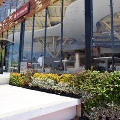 Jardín vertical Exterior: Jardines de invierno de estilo  por Verde & Verde Ingenieros & Arquitectos SAS