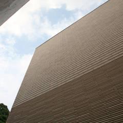 太陽の光を感じる家: 設計事務所アーキプレイスが手掛けた壁です。
