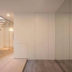 Pasillos y vestíbulos de estilo  por 設計事務所アーキプレイス