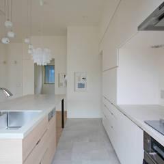 太陽の光を感じる家: 設計事務所アーキプレイスが手掛けたキッチンです。