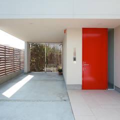 蕨市のコートハウス: 設計事務所アーキプレイスが手掛けたガレージです。