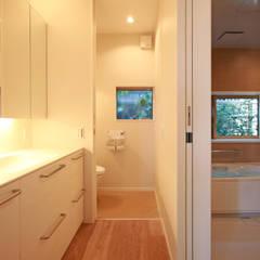蕨市のコートハウス: 設計事務所アーキプレイスが手掛けた浴室です。
