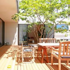 蕨市のコートハウス: 設計事務所アーキプレイスが手掛けたベランダです。