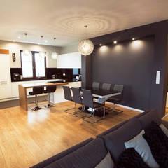 DOM W ZABUDOWIE BLIŹNIACZEJ: styl , w kategorii Jadalnia zaprojektowany przez Klapińska architektura wnętrz