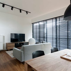 FORESQUE RESIDENCES:  Living room by Eightytwo Pte Ltd