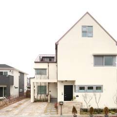 자매가 함께 사는 듀플렉스 하우스: 호멘토(HOMENTO)의  주택