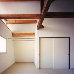 白馬の山小屋〈renovation〉-愛すべきセカンドハウス-: atelier mが手掛けた寝室です。