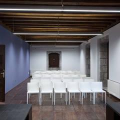 Iluminación profesional y técnica para oficinas: Estudios y despachos de estilo  de Taralux Iluminación, S.L.