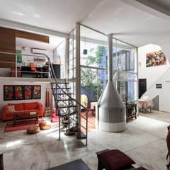 Galpón Lola: Livings de estilo industrial por Pop Arq