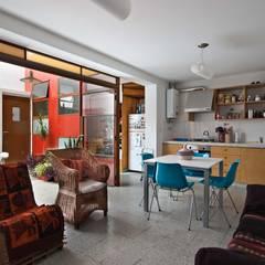 Min House: Livings de estilo industrial por Pop Arq