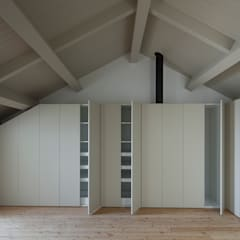 Casa das Gelosias: Closets  por Marta Campos - Arquitectura, Reabilitação e Eficiência Energética,