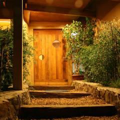 Wooden doors by ALIWEN arquitectura & construcción sustentable - Santiago