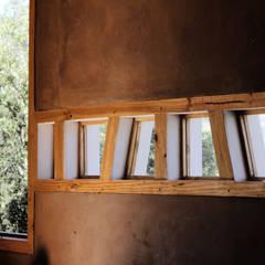 Diseño y Construcción de Casa Vogel en Paine por ALIWEN: Ventanas de madera de estilo  por ALIWEN arquitectura & construcción sustentable - Santiago, Moderno