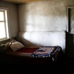 SUBSIDIOS DE REPARACIÓN PATRIMONIAL DE ADOBE: Dormitorios de estilo colonial por ALIWEN arquitectura & construcción sustentable