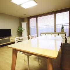 광교 서재형거실 홈스타일링(Kwanggyo APT): homelatte의  다이닝 룸