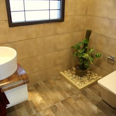 Premium Residence:  Bathroom by Aayam Consultants