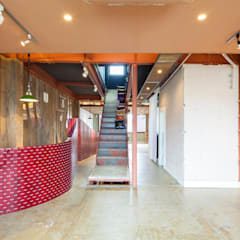 受付カウンター: INTERIOR BOOKWORM CAFEが手掛けた会議・展示施設です。