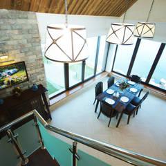 C видом на Вуоксу: Столовые комнаты в . Автор – Студия интерьера 'SENSE',