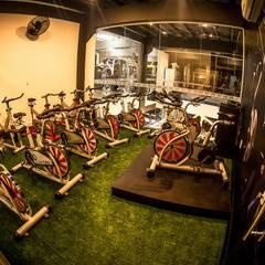 Sala de Spinning: Fitness  por TRAMA Arquitetura e Engenharia