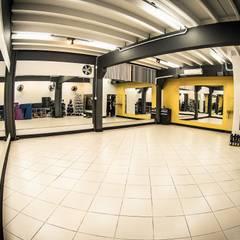 Sala de Ginástica: Fitness  por TRAMA Arquitetura e Engenharia