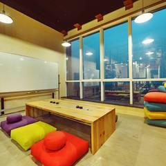 Dynamic IT Collaboration :  Study/office by Neha Changwani