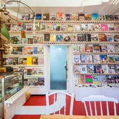 Salas multimedia de estilo ecléctico de INTERIOR BOOKWORM CAFE Ecléctico Madera Acabado en madera