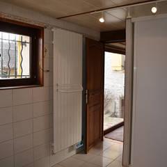 Un look obsolète: Salle de bains de style  par Mon Intérieur Sur Mesure (MISM)