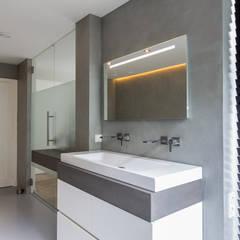 Verbouwing stadswoning: minimalistische Badkamer door B-TOO