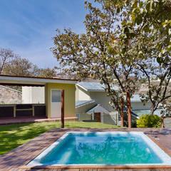 residencia Gallardo: Albercas de estilo  por Excelencia en Diseño