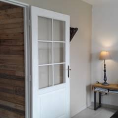 Mur en lattes de plattes: Couloir et hall d'entrée de style  par L'Atelier Zora