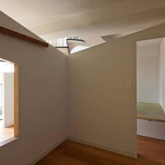 屋根型の住宅 / house of roof shape: 富永大毅建築都市計画事務所が手掛けた寝室です。,