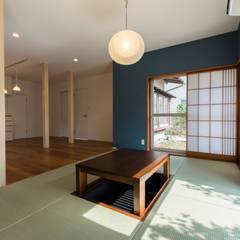 和室スペース: Unico design一級建築士事務所が手掛けたリビングです。