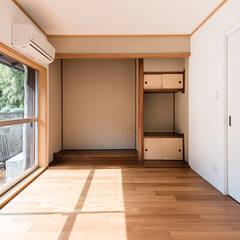 成城の家リノベーション: Unico design一級建築士事務所が手掛けた和室です。